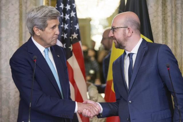 Le secrétaire d'État américain John Kerry serre la... (PHOTO ANDREW HARNIK, AP)
