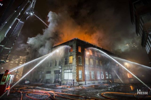 L'incendie a éclaté pour une raison encore inconnue... (PHOTO OLIVIER PONTBRIAND LA PRESSE)