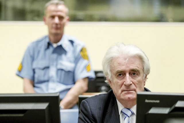 Radovan Karadzic a été condamné jeudi par le... (PHOTO ROBIN VAN LONKHUIJSEN, ARCHIVES AFP)