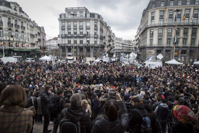 Dans le centre de Bruxelles, la population continuait... (PHOTO AURORE BELOT, AFP)
