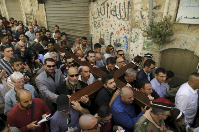Des fidèles parcourent en procession la Via Dolorosa,... (PHOTO AMMAR AWAD, REUTERS)