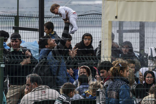 Des migrants attendent à Izmir, en Turquie, peu... (PHOTO OZAN KOSE, AFP)