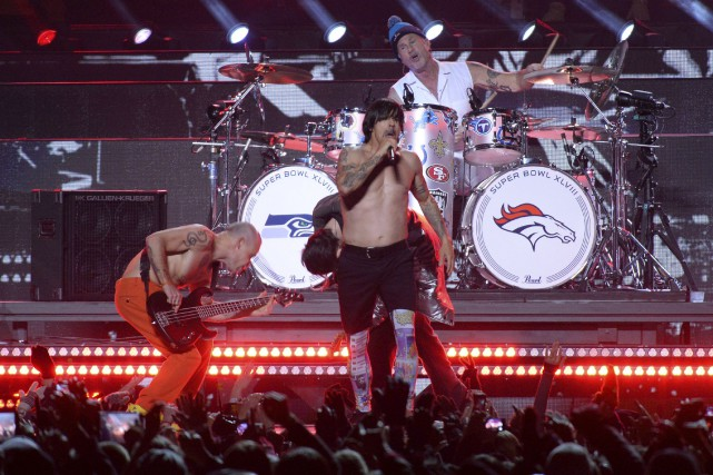 Les Red Hot Chili Peppers lors du spectacle... (Agence France-Presse, Timothy A. Clark)