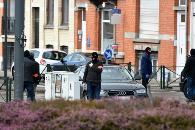 Des policiers effectuent une opération antiterroristedans la commune... (PHOTO PATRIK STOLLARZ, AGENCE FRANCE-PRESSE)