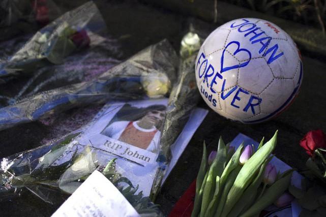 Dès l'annonce du décès dE Johan Cruyffjeudi, les... (PHOTO FRANCK FIFE, AFP)