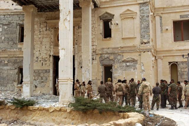 Des soldats syriens dans la cité antique de... (Photo AFP)