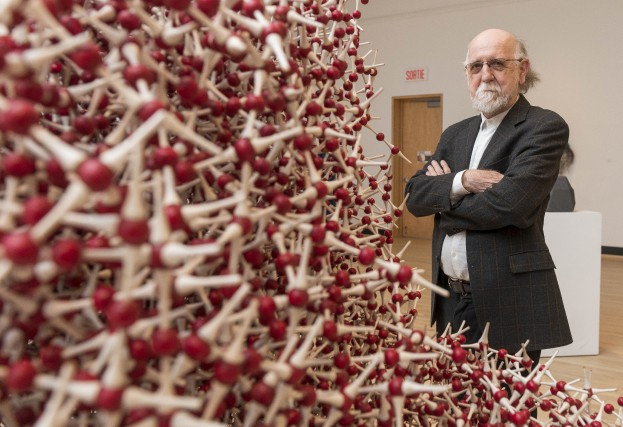Gilles Mihalcean pose près d'une de ses sculptures... (Spectre Média, Frédéric Côté)