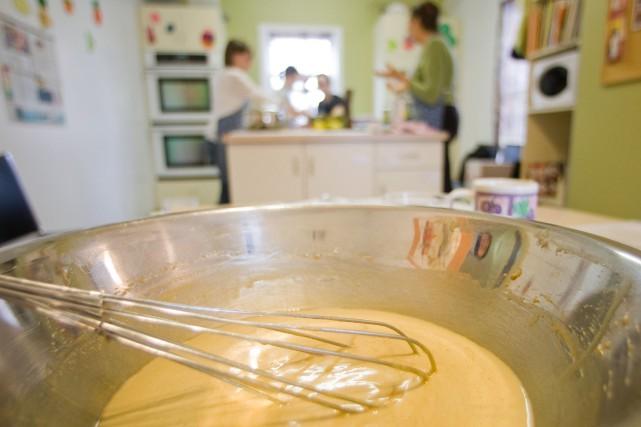 Les cuisines collectives rassemblent des personnes qui établissent... (Photo Ivanoh Demers, archives La Presse)