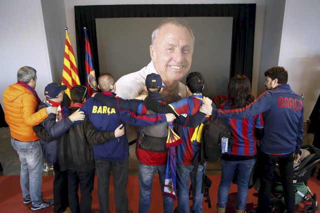 Des fans du FC Barcelone se recueillent devant... (PHOTO ALBERT GEA, REUTERS)