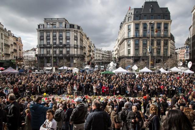 Une foule est rassemblée sur la place de... (PHOTO AURORE BELOT, AGENCE FRANCE-PRESSE)