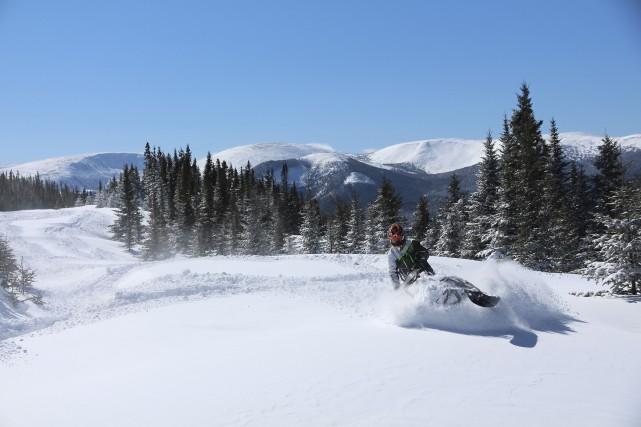 Les montagnes vierges et enneigées attirent les motoneigistes... (Éric Marchand)