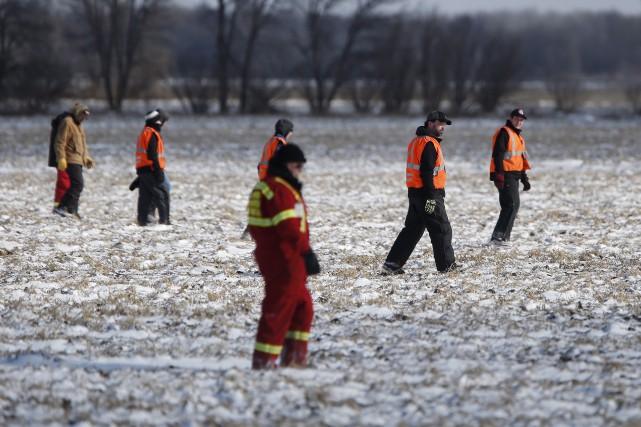 Depuis mardi, des centaines de bénévoles à pied,... (La Presse Canadienne, John Woods)