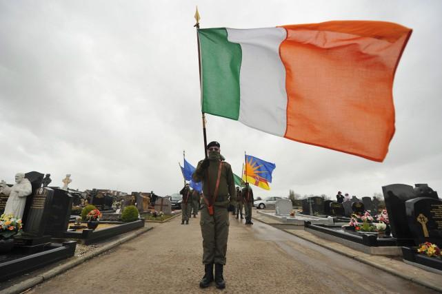 Des membres masqués du Sinn Fein défilent pour... (PHOTO REUTERS)