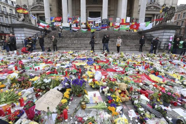 Des centaines de bouquets de fleurs ont été... (Agence France-Presse)