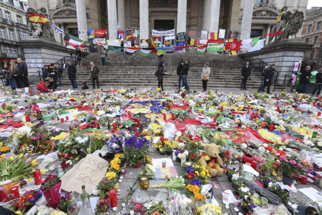 Des centaines de bouquets de fleurs ont été... (PHOTO NICOLAS MAETERLINCK, AGENCE FRANCE-PRESSE)