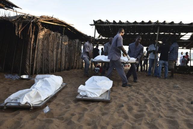 Plusieurs corps ont été découverts sur la plage... (Photo archives AFP/Sia-Kambou)