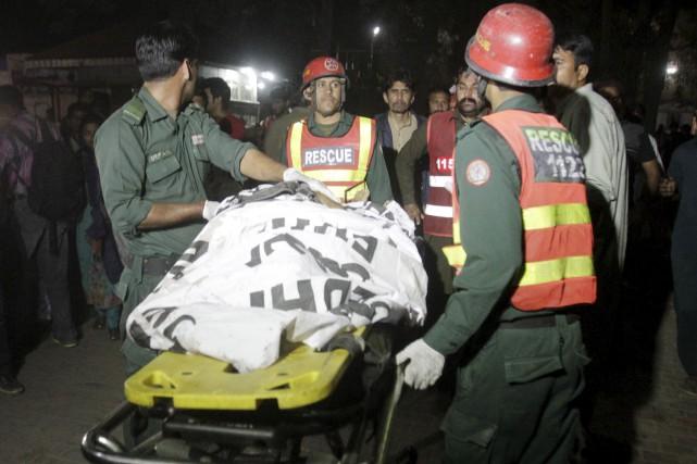 La déflagration s'est produite dans un stationnement près... (Photo Mohsin Raza, Reuters)