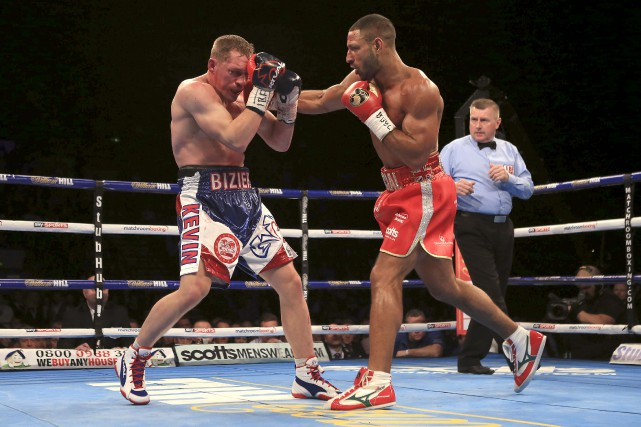 Kell Brook, à droite, atteint Kevin Bizier d'une... (Associated Press)
