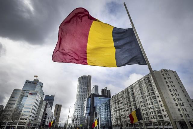 Un drapeau belge flotte à Rotterdam.Les raids aux... (Agence France-Presse)