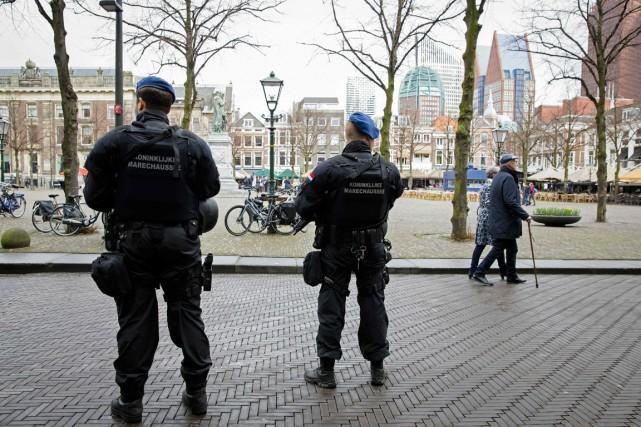 La police néerlandaise patrouille dans les rues de... (Photo Bart Maat, archives AFP)
