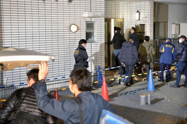 Des enquêteurs entrent dans l'immeuble où se trouve... (PHOTO KYODO NEWS/AP)