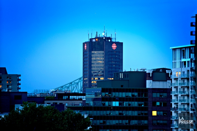 La Tour de Radio-Canada, vue depuis le centre-ville... (PHOTO BERNARD BRAULT, ARCHIVES LA PRESSE)