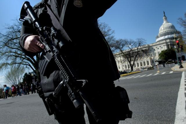 Les coups de feu ont entraîné le bouclage... (PHOTO AFP)