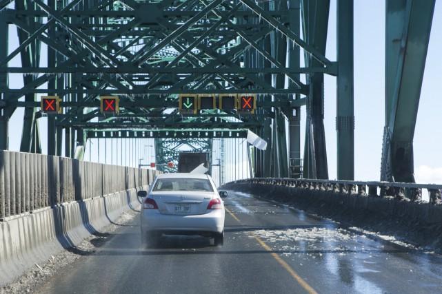 D'importantes chutes de glace ont entraîné la fermeture d'une voie sur le pont... (Olivier Croteau)