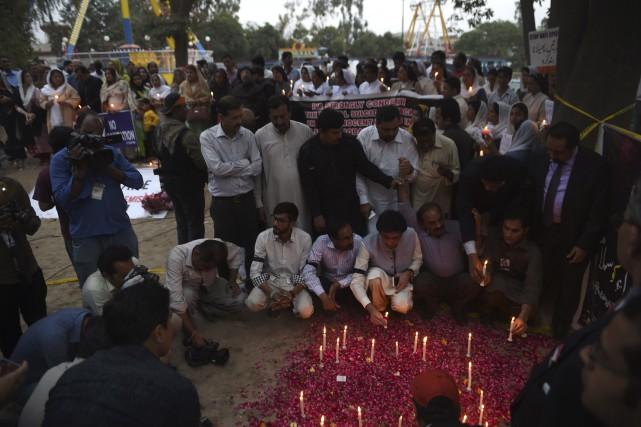 Une vigie à la mémoire des victimes, rassemblant... (AFP, Farooq Naeem)
