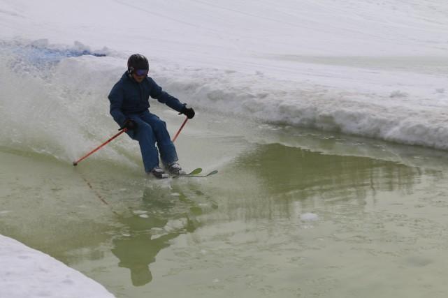 Plusieurs skieurs et planchistes se sont amusés ce week-end au traditionnel... (Audrey Tremblay)