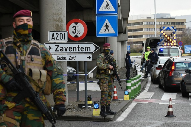 Des soldats et policiers contrôlent les allées et... (PHOTO JOHN THYS, AFP)