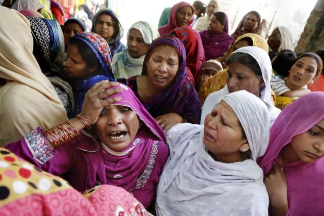 Des proches des victimes pleurent leurs morts, à... (PHOTO K.M. CHAUDARY, AP)