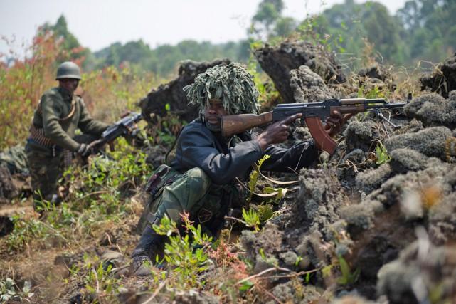 De soldats de l'armée congolaise prennent position, dans... (PHOTO PHIL MOORE, ARCHIVES AFP)