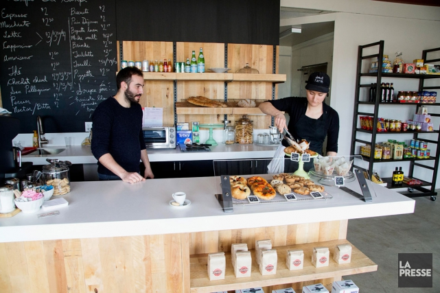 La pâtissière Isabelle Deschamps (à droite) et son... (PHOTO ALAIN ROBERGE, LA PRESSE)
