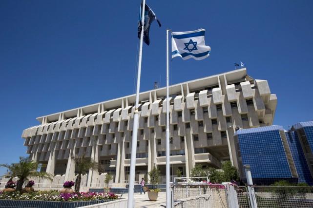 Un drapeau israélien flotte devant la Banque d'Israël,... (PHOTO RONEN ZVULUN, ARCHIVES REUTERS)