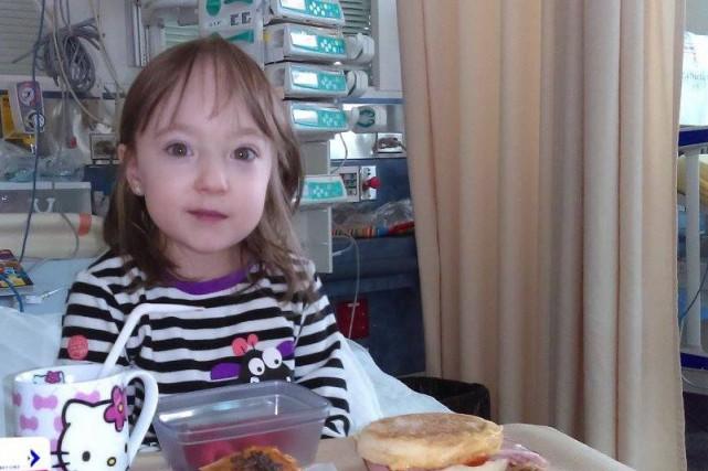 La petite Élissa Grondin est sortie du bloc opératoire vers 14h après que... (Photo tirée de Facebook)