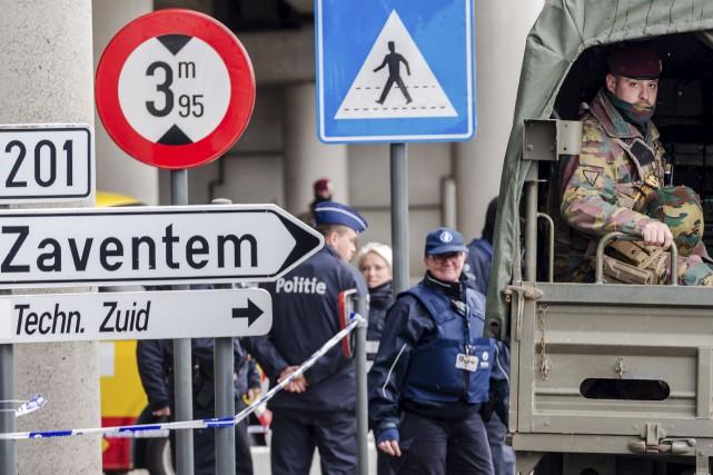 Des policiers et des soldats sont déployés sur... (Geert Vanden Wijngaert, AP)