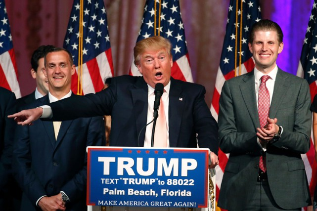 Corey Lewandowski (à gauche) au côté de Donald... (PHOTO AFP)
