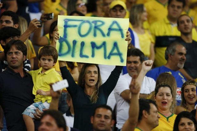 Dilma Rousseffa vu en 2015 s'effondrer sa côte... (PHOTO AFP)
