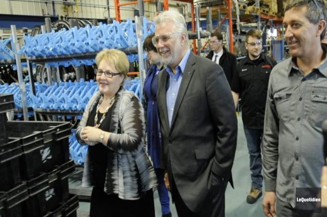 Le premier ministre Philippe Couillard, accompagné de la... (Photo Le Quotidien, Mariane L. St-Gelais)