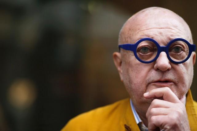 Crâne rasé, ses célèbres lunettes rondes et colorées... (PHOTO AFP)