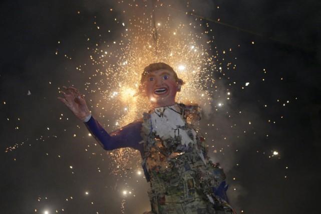 Des effigies de Donald Trump ont été brûlées... (PHOTO REUTERS)