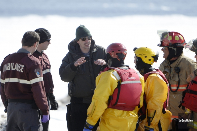Une fois sauvé, l'homme a été pris en... (Photo Le Quotidien, Jeannot Lévesque)