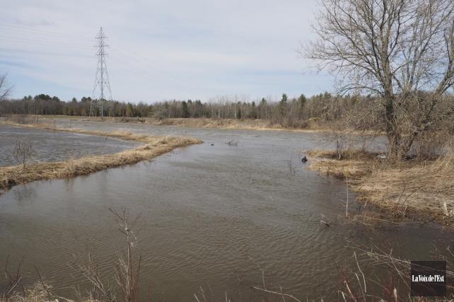 La rivière Yamaskaest sortie de son lit mardi... (Alain Dion, La Voix de l'Est)