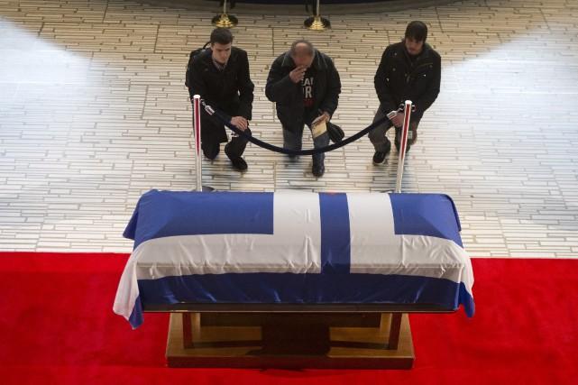 Des gens rendent hommage à Rob Ford.... (La Presse Canadienne)