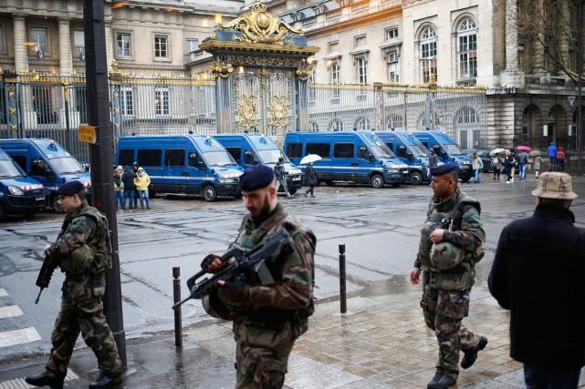 Des soldats français patrouillent devant le palais de... (PHOTO AP)