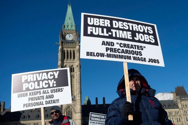 Des chauffeurs de taxi ont protesté contre Uber... (Photo Adrian Wyld, archives PC)