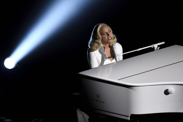 Lady Gaga interprétant la chanson aux Oscars. Elle... (Associated Press)