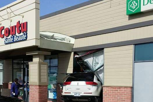 Un véhicule a défoncé un mur d'une pharmacie... (Ben Bigras, collaboration spéciale)