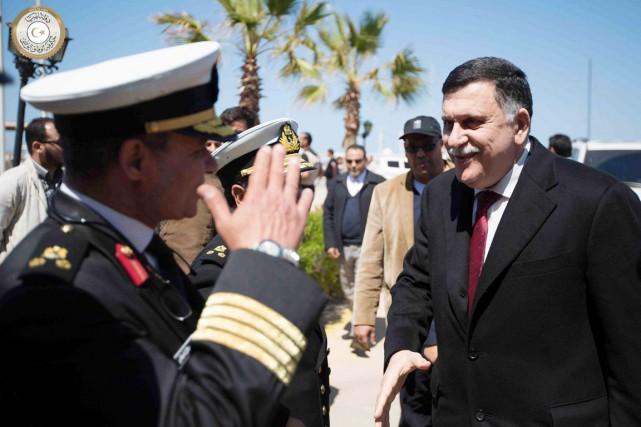 Fayez al-Sarraj (à droite)a été accueilli par des... (PHOTO GNA/AP)